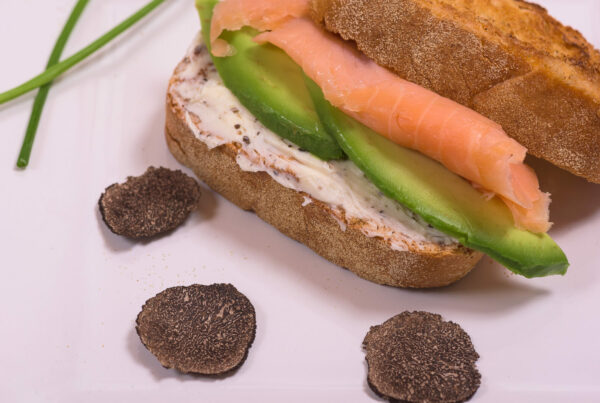 Sandwich con Burro al Tartufo, Salmone Affumicato ed Avocado